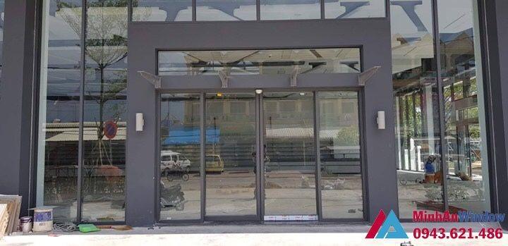 cửa sảnh tự động kết hợp mái kính